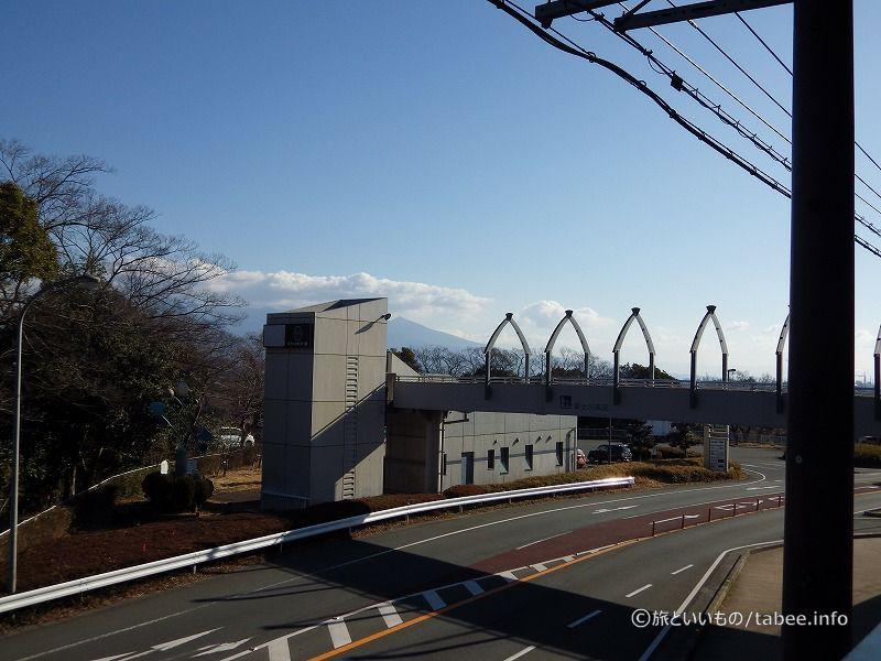 2Fには反対車線がわの駐車場に通じる歩道橋があります