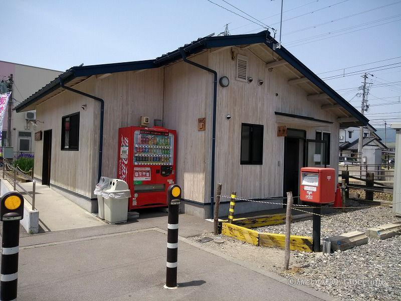 外にはトイレ、郵便ポストと、自販機が設置してあります