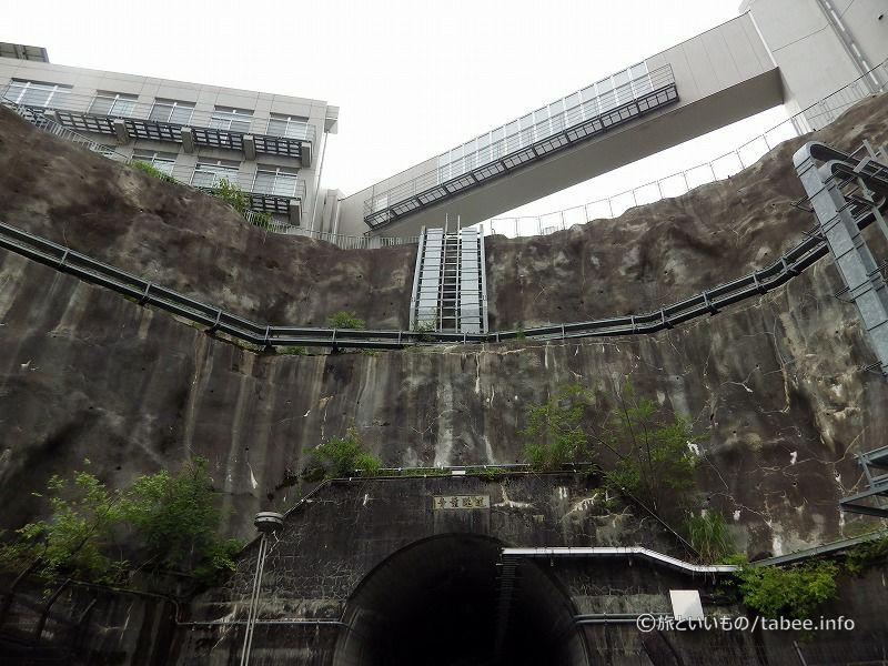 トンネル前から見上げる
