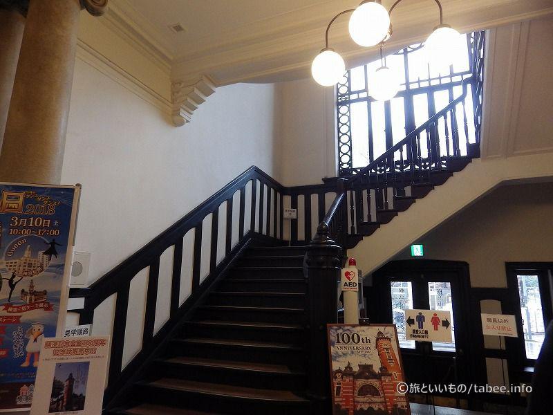 入口右側の階段