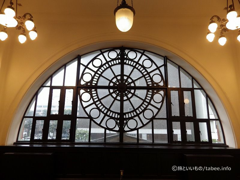 ステンドグラスの先にある窓