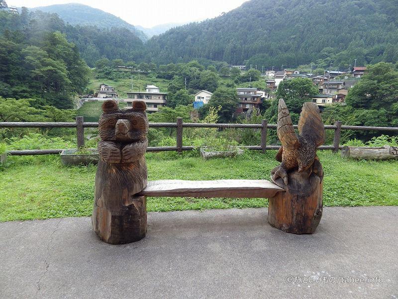 チェーンソー彫刻のようなベンチ