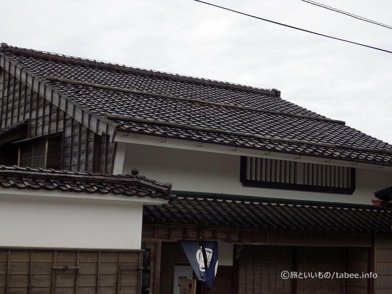 屋根の丸太のようなものは雪避けとのことでした