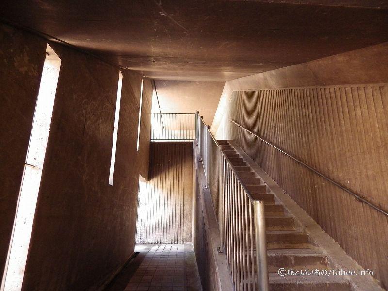階段を登らず出てみます