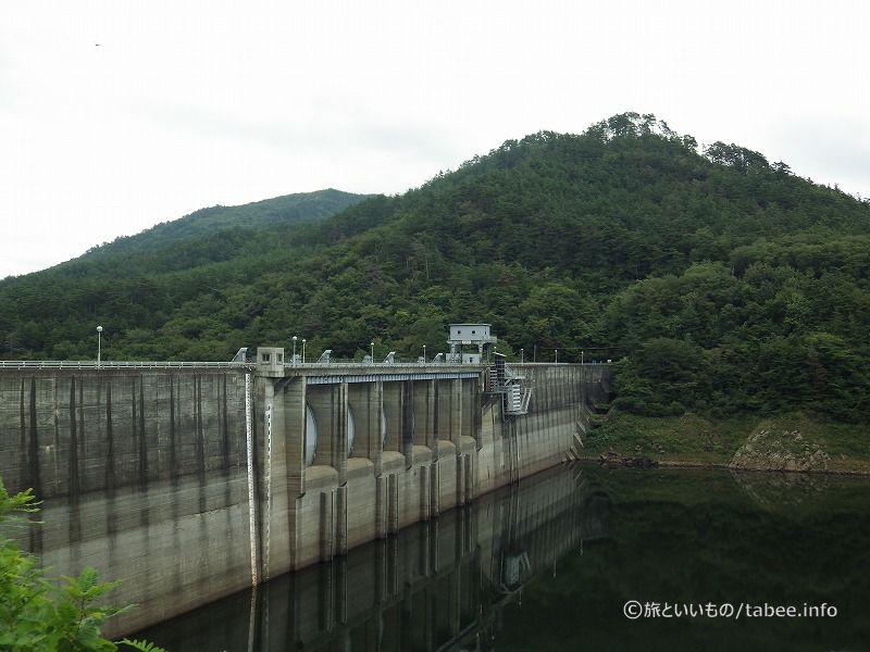 非常用洪水吐き(クレストゲート)6門、常用洪水吐き4門