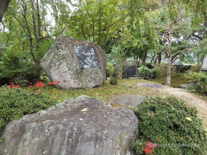 様々な石碑があります