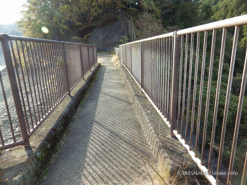 この先真っ直ぐ行くと階段があります