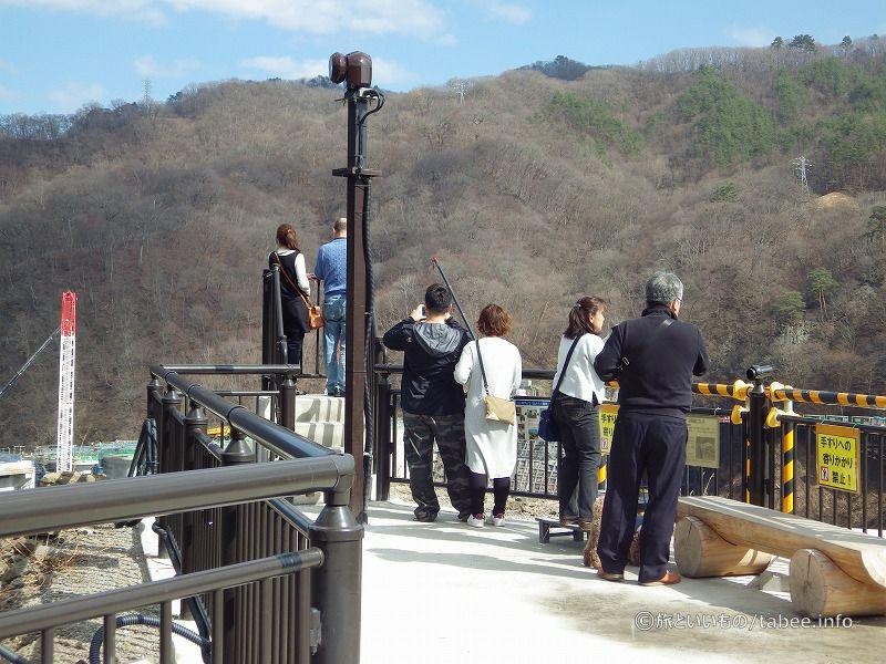 やんば見放台には無料の望遠鏡も設置されています。