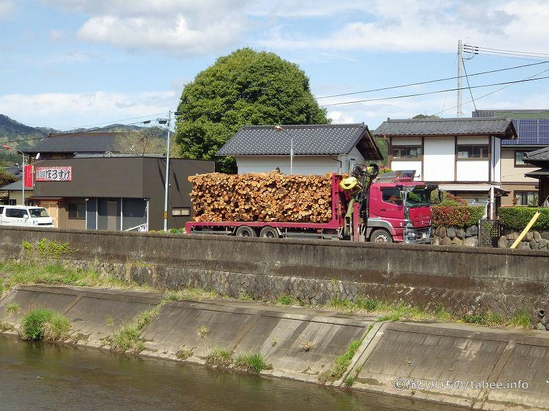 木材を積んだトラックが通ります