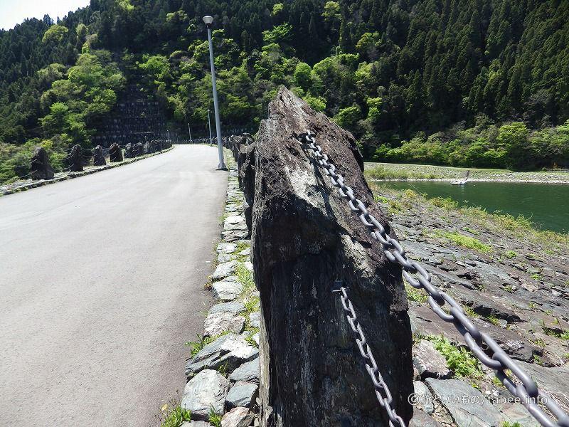 先ほどの岩と似たような岩です