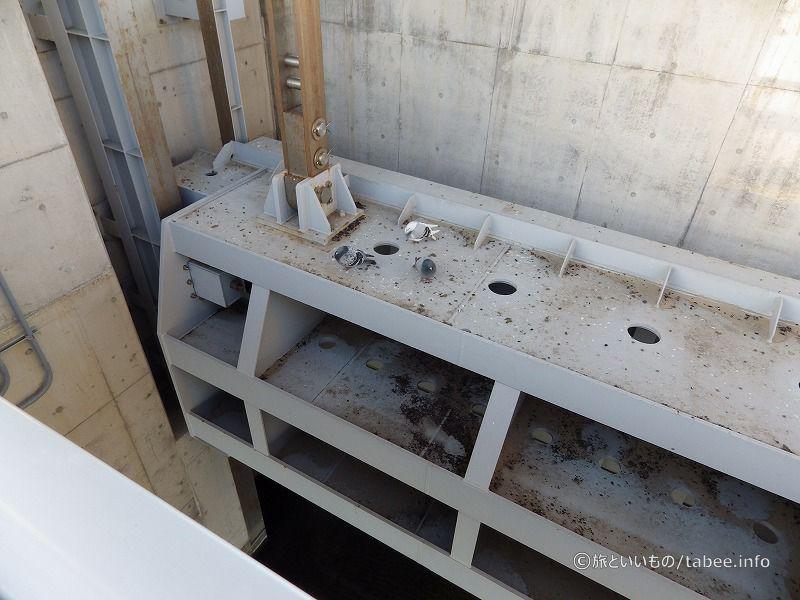 水門の上で休む鳩たち