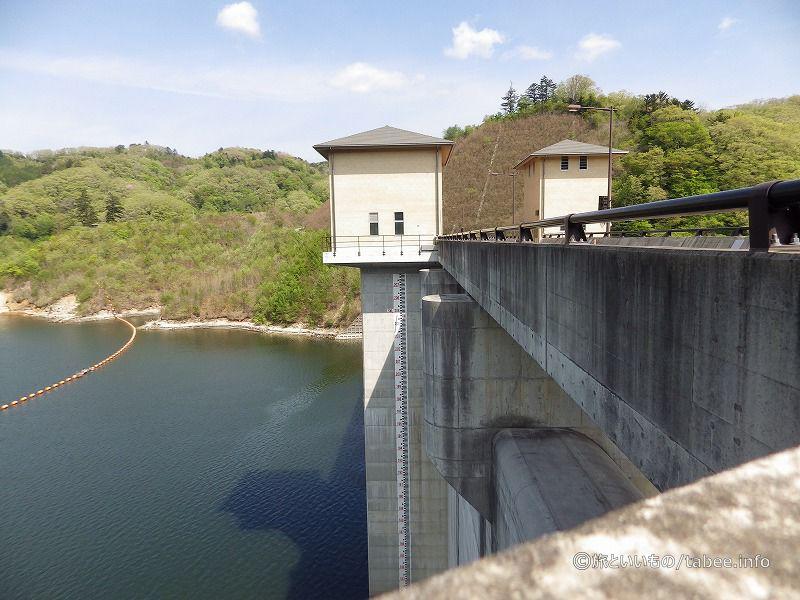 横から見た取水設備操作室