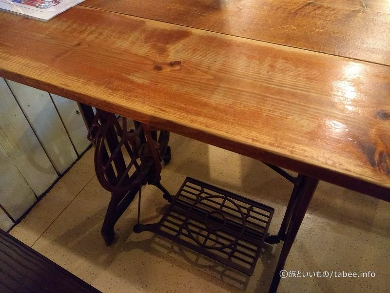ミシン台に天板を付けたテーブル