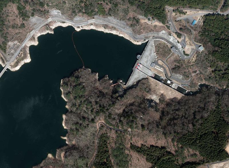 国土地理院CTO20121-C8-2(元の画像のダムの部分だけ切り出し加工してあります)