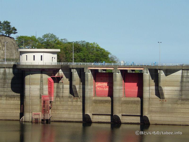 取水設備とラジアルゲートがよく見えます