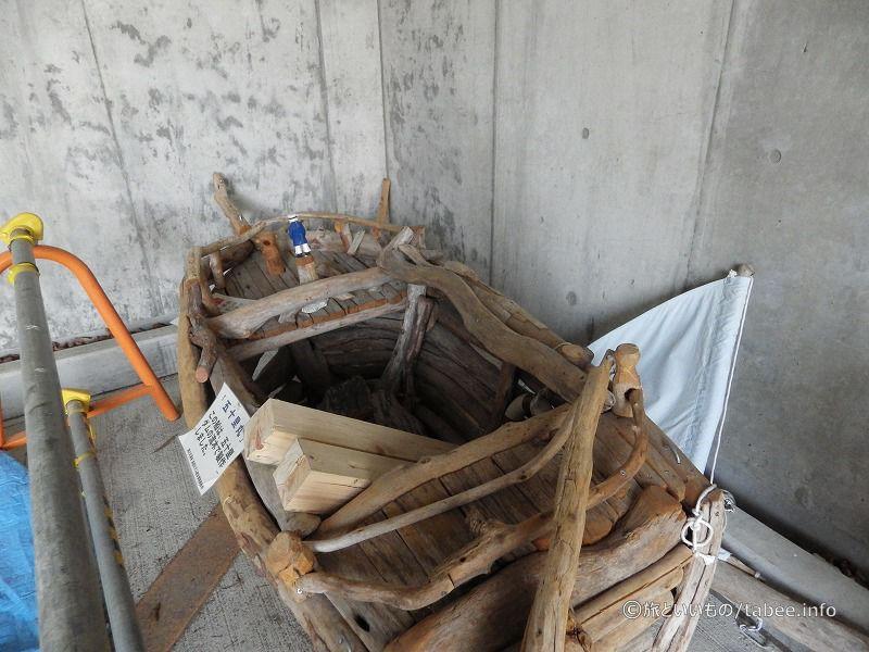 一階の片隅にあった流木の船
