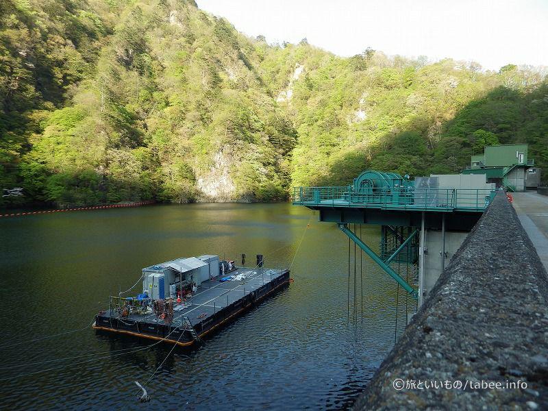 工事用の筏と新設された選択取水設備のウィンチ
