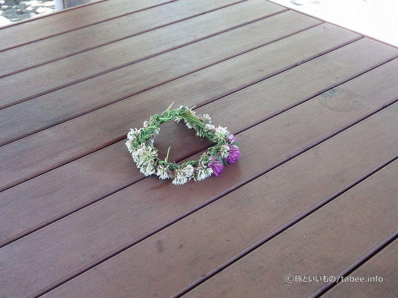 テーブルの上にツメクサの花冠が