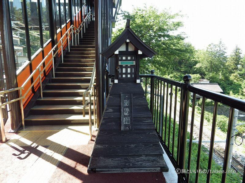 階段を上って駅舎へ