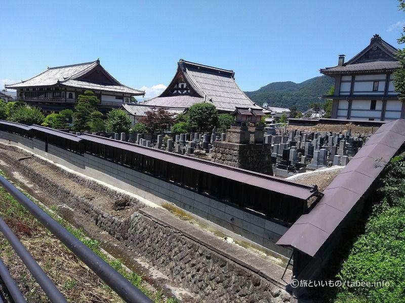 善光寺に向かう途中のお寺の脇にも水路が