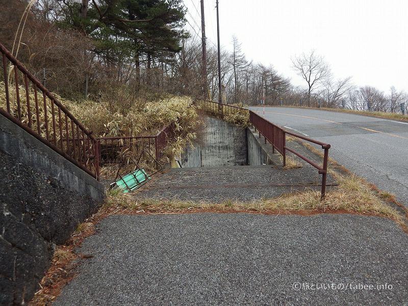 駐車場へ続く階段があります