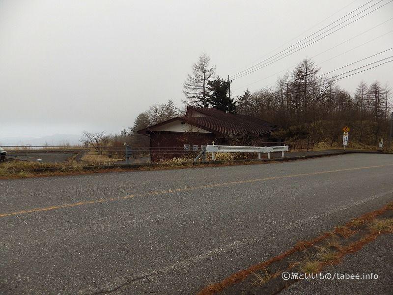 道路からは小屋が見えます