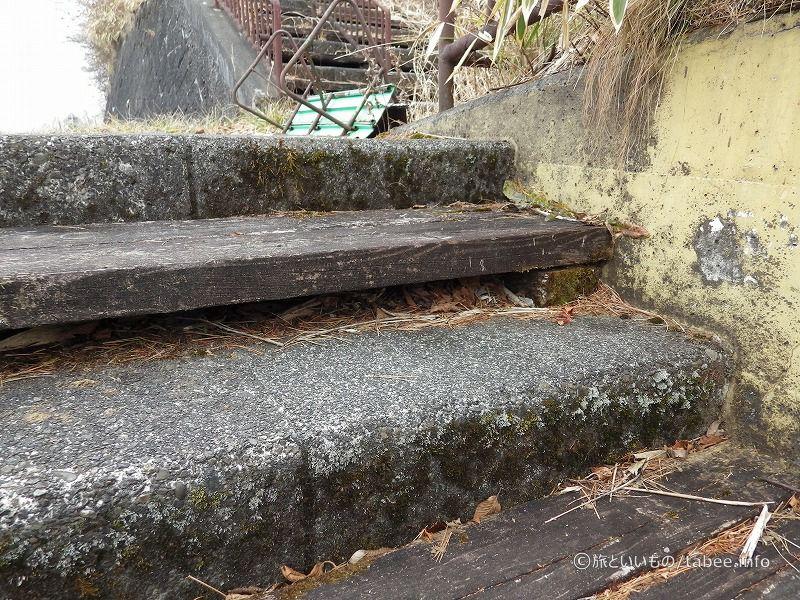 木の段とコンクリの段