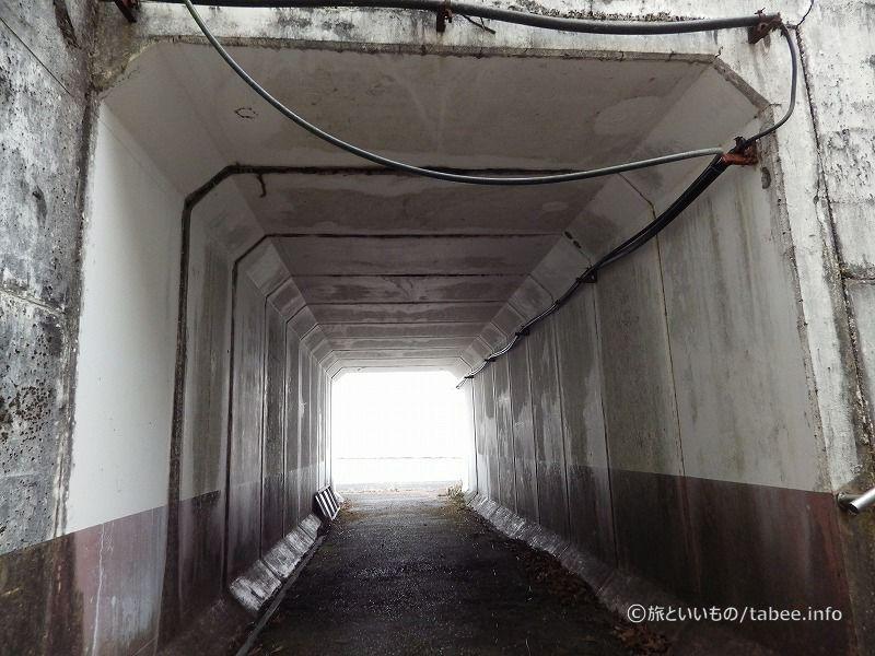 トンネルを通ります