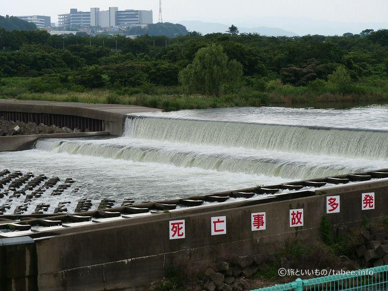 洪水吐は鋼製油圧自動転倒ゲート3門