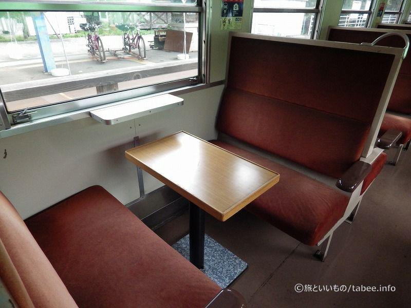 対面式でテーブル付き
