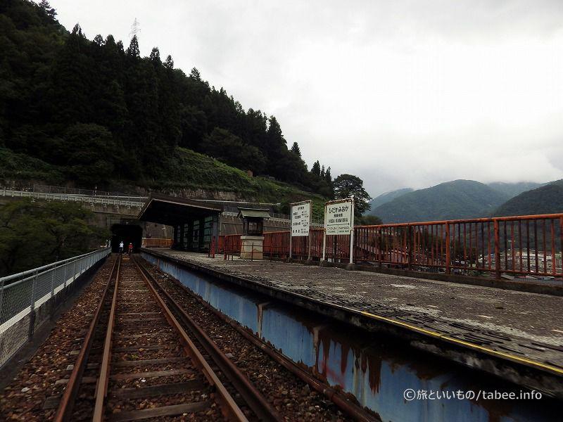 旧飛騨神岡駅を通過します