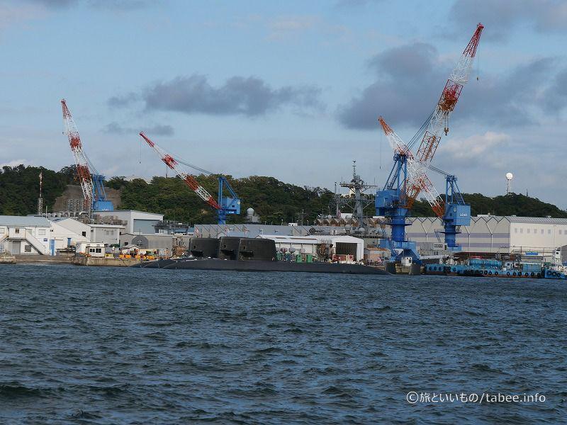 潜水艦がいくつか停泊しています