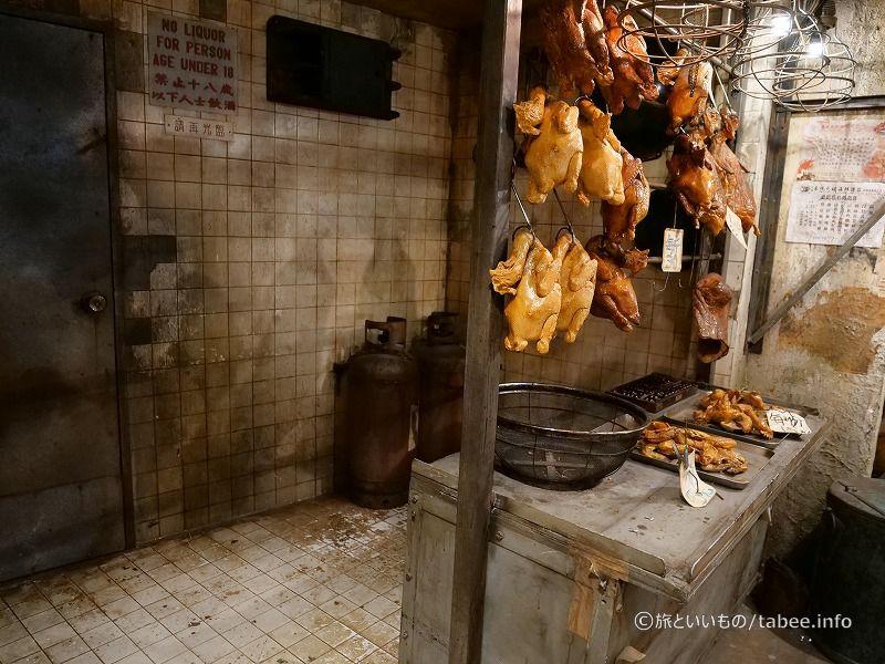 謎のつるされた鶏料理