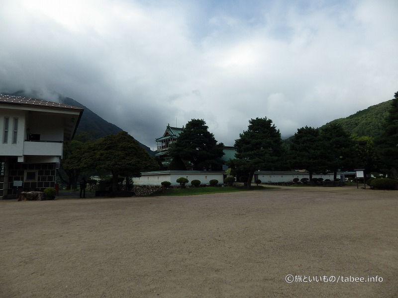 左が鉱山資料館、中央が神岡城