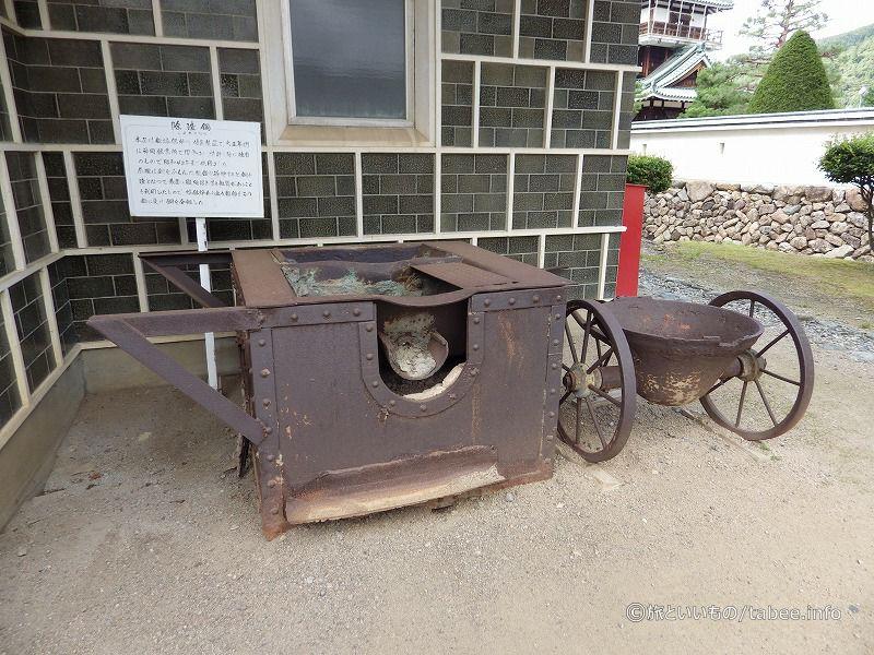 資料館の外に展示してある徐渣鍋(じょかすなべ)