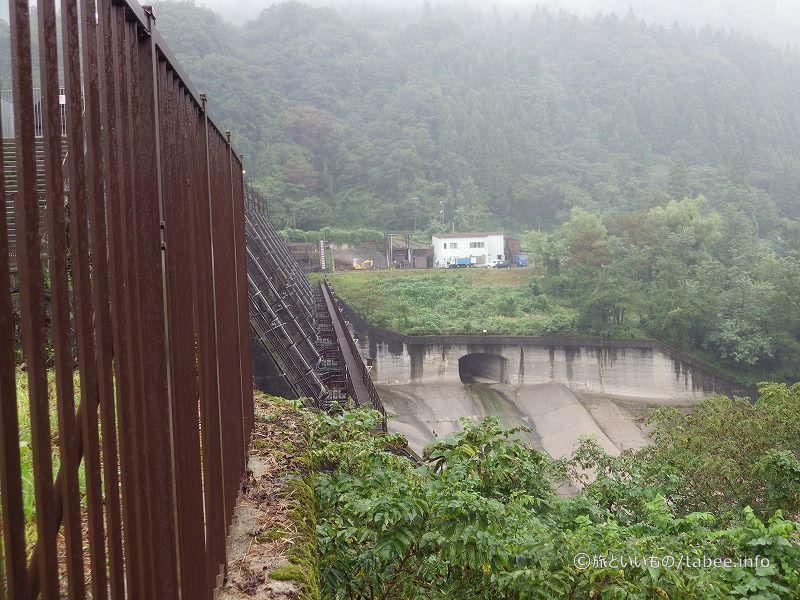 右岸側から見た放流口