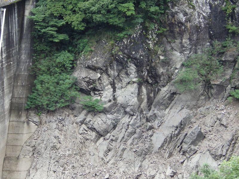 地質は安山岩