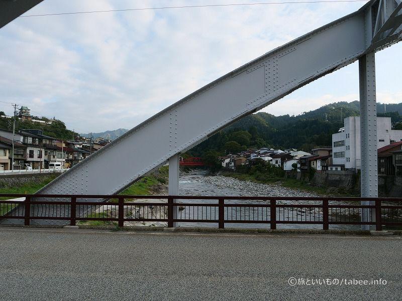 奥の赤い橋は藤波橋