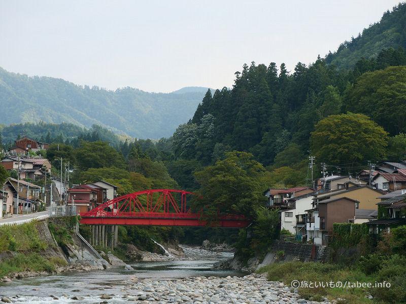 橋の左手には権七水屋があります