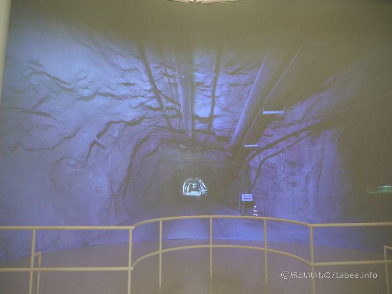 坑道の中を通るところ