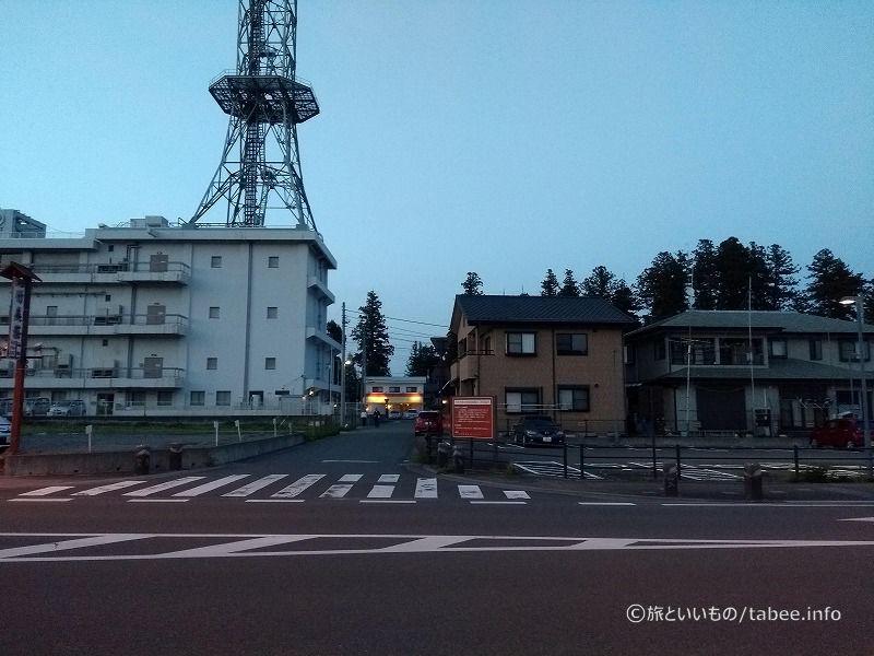 右側が市営駐車場、真ん中がユタの店