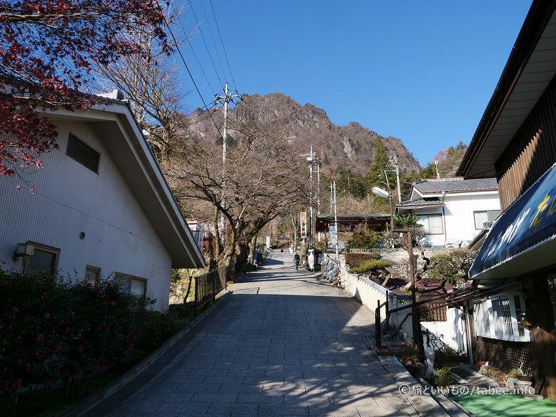 この坂の上に妙義神社があります