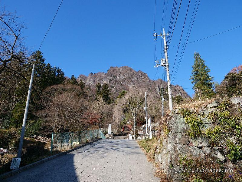 妙義神社の背景にそびえる白雲山