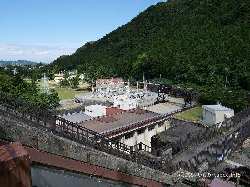 天端から発電所を眺める