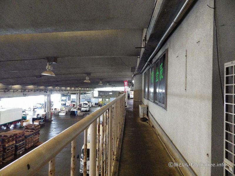 構内を見渡せる2階の奥に魚市場食堂があります