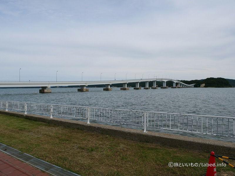 能登島大橋の中央は高くなっています
