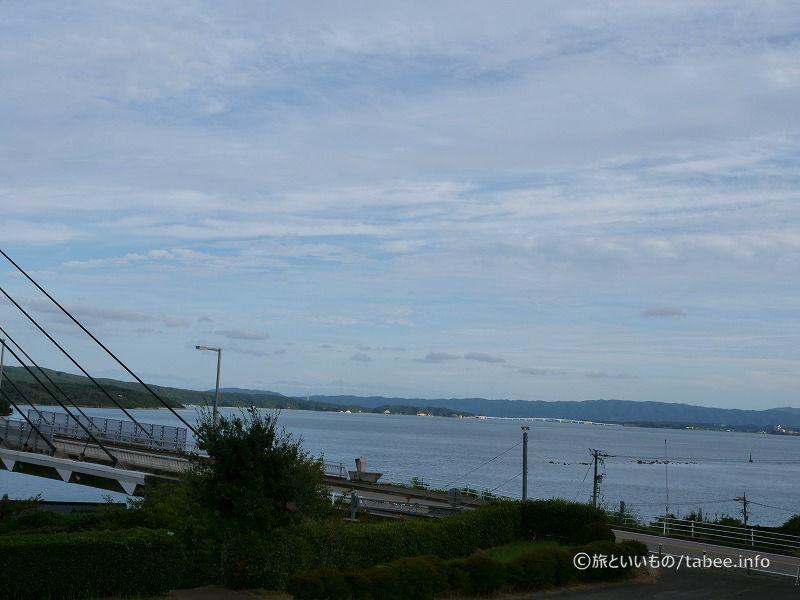 奥に白い能登島大橋が見えます