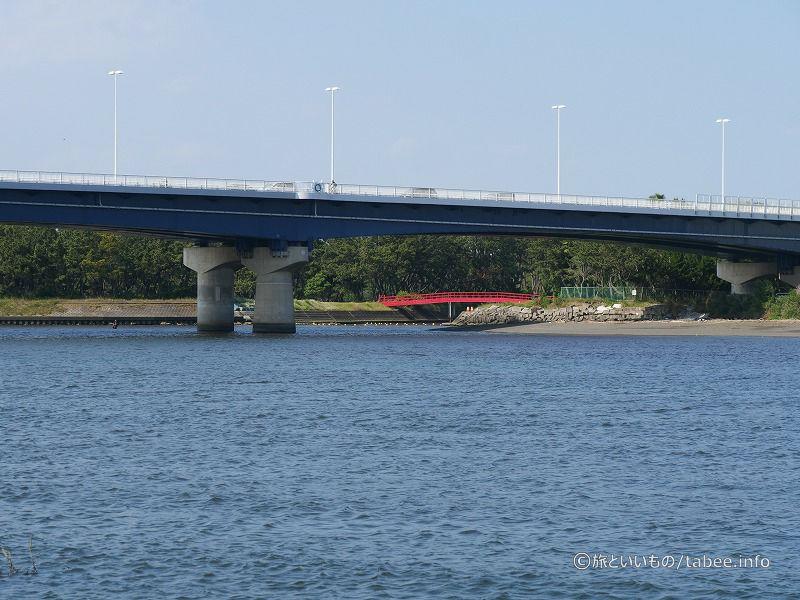 赤い橋が見えます