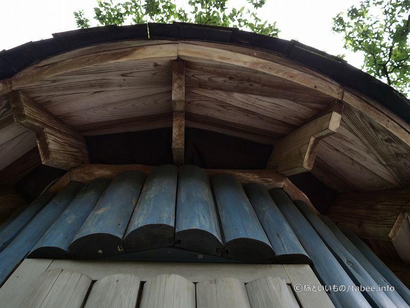 屋根を見上げる