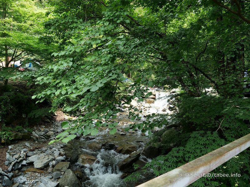 ちょっとした堰があり滝のような音が聞こえました